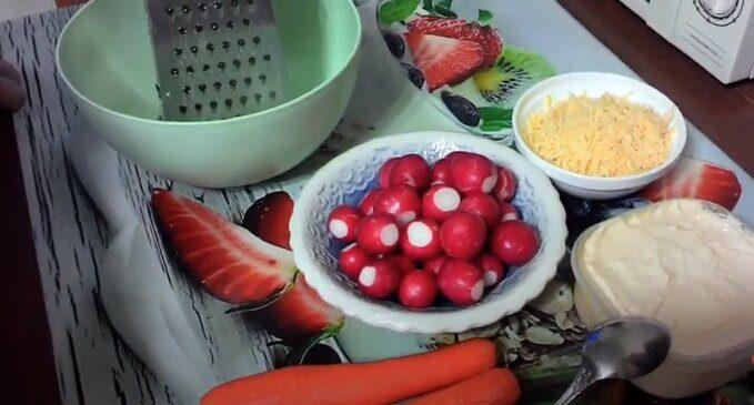 Ингредиенты для салата из редиски и моркови