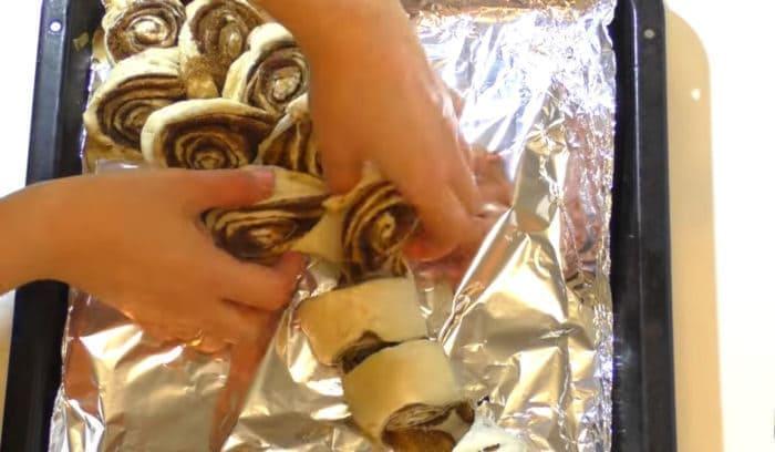 Разрезанные на порции заготовки булочек
