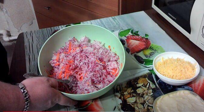 Нарезанные морковь и редис