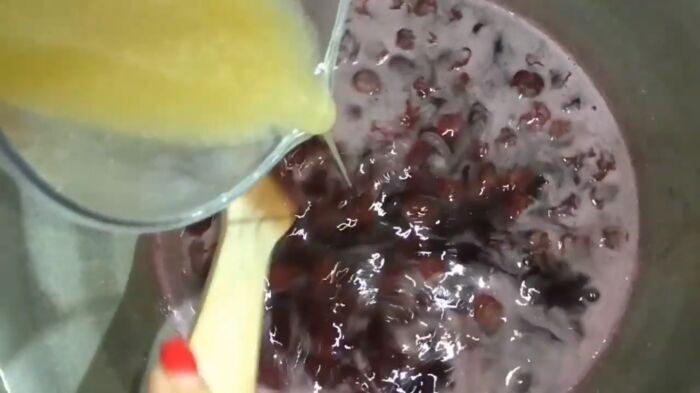 Добавление сиропа в варенье