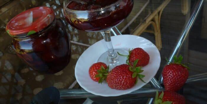 Варенье из клубники с целыми ягодами в густом сиропе