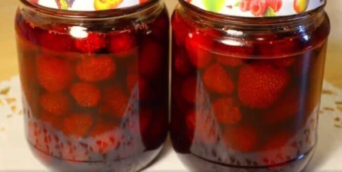 Классическое варенье из клубники с целыми ягодами – картинка