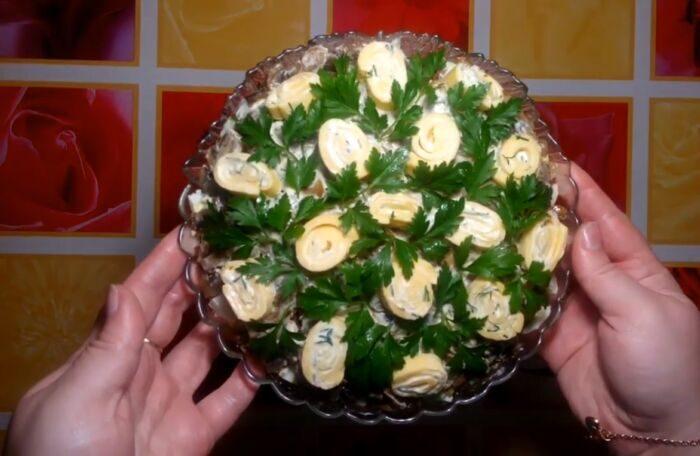 Салат с жареными шампиньонами и ветчиной