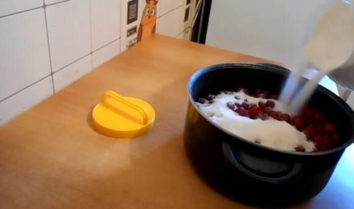 Засыпание вишни порцией сахара