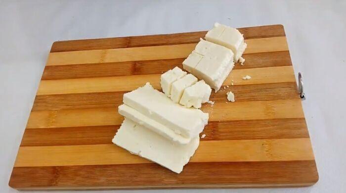 Адыгейский сыр порезанный кубиками