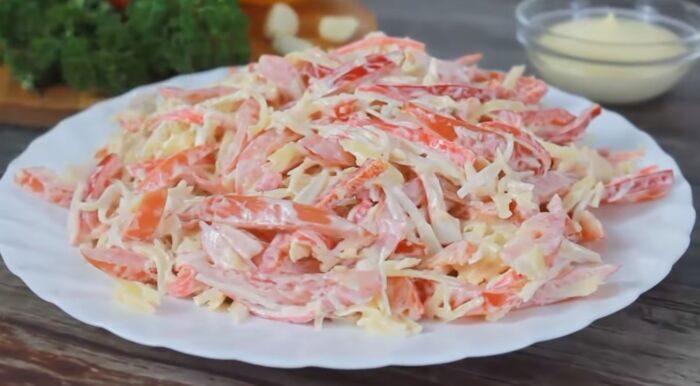 Помидорный салат из крабовых палочек с чесноком и сыром – картинка