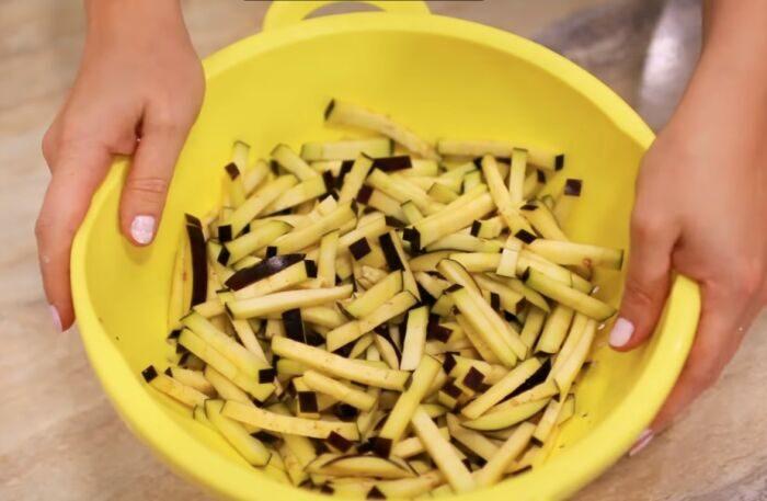 Баклажаны нарезанные тонкой соломкой