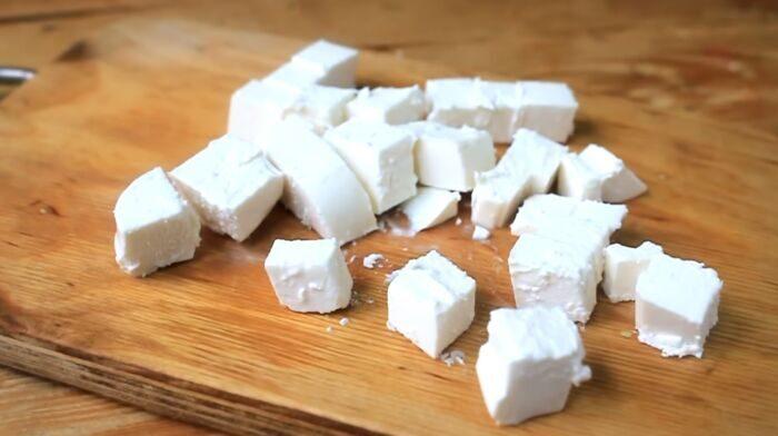 Порезанный сыр Фета