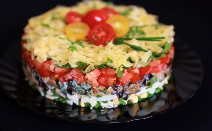 Салат из баклажанов с помидорами и сыром