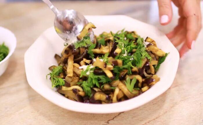 Баклажаны с соусом и зеленью