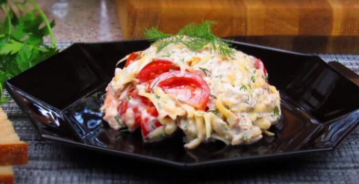 Салат из копченой курицы с помидорами и сыром