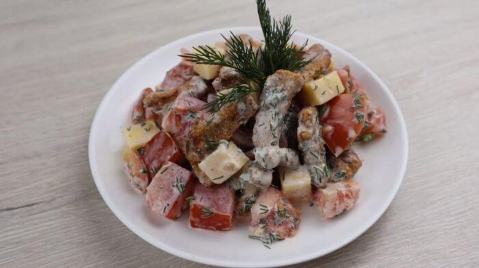 Салат из помидоров с сухариками и сыром