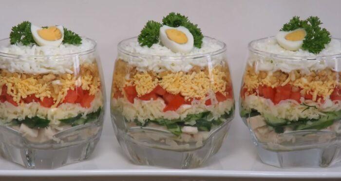 Слоеный салат из помидоров с сыром, яйцом и чесноком – картинка