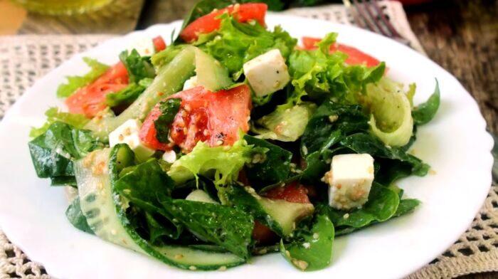 Салат с сыром Фетакса, помидорами и огурцами – картинка
