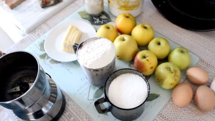 Ингредиенты для шарлотка с яблоками в духовке – бабушкин рецепт