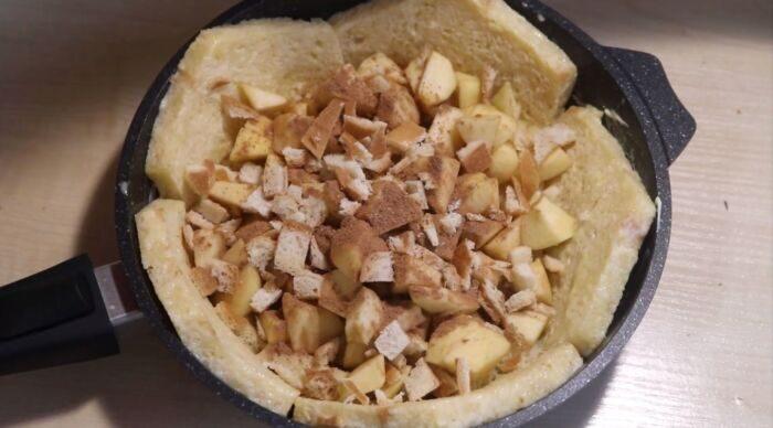 Дольки яблок на корочках хлеба