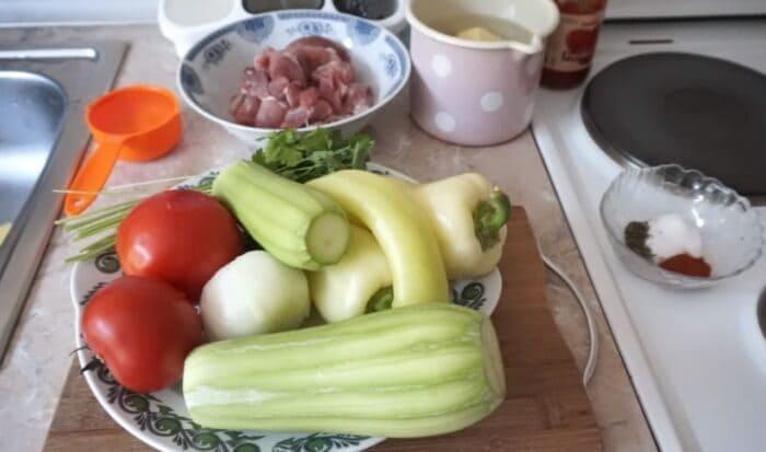 Ингредиенты для овощного рагу с мясом в духовке