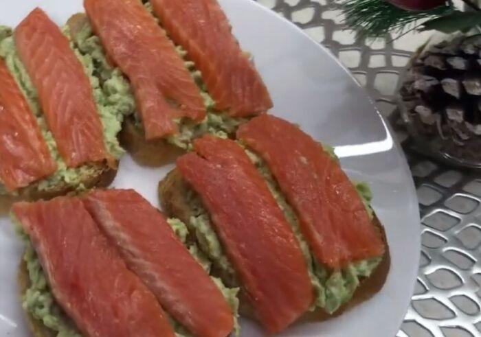Бутерброды с красной рыбой и авокадо – картинка