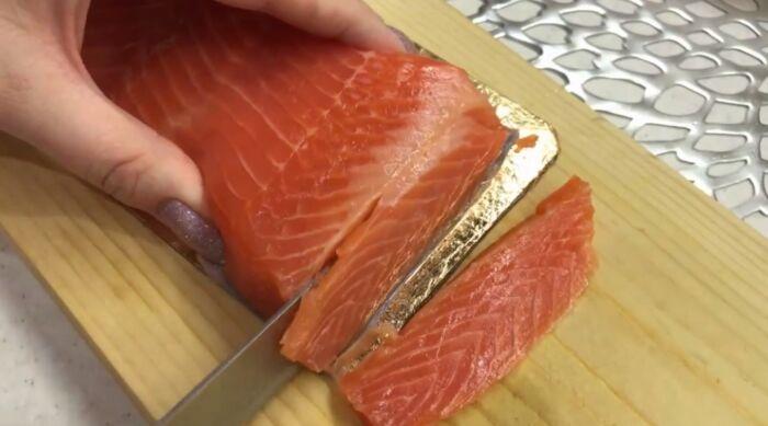 Нарезание кусочков рыбы