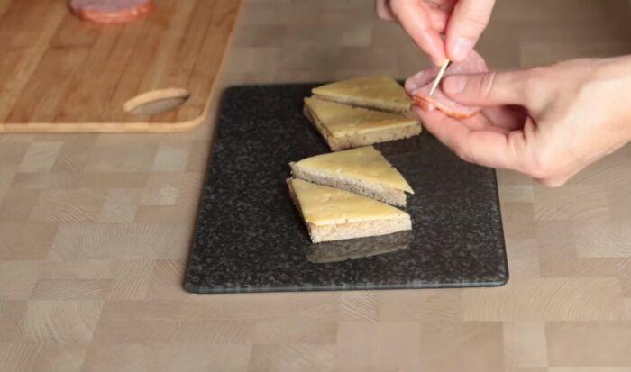 Укладка сыра с колбасой