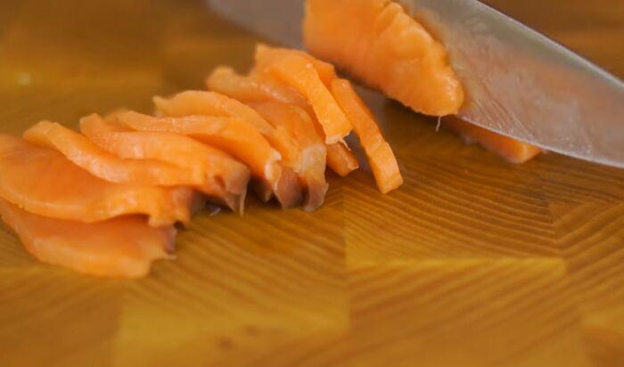 Нарезанные слайсы рыбы