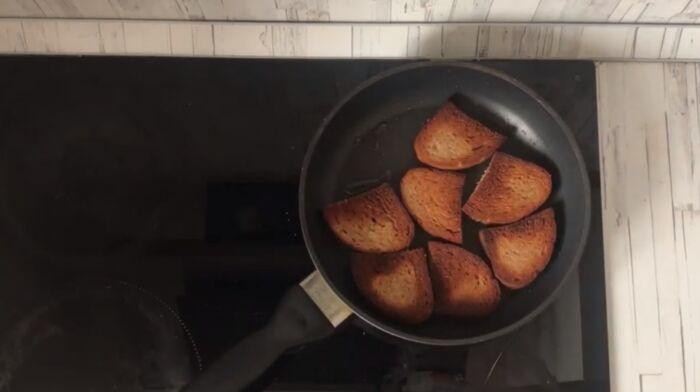 Обжарка до корочки кусочков хлеба